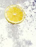 El limón cayó en el agua Imagen de archivo libre de regalías