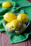 El limón en un cuenco Foto de archivo
