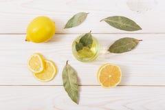 El limón, las especias y el aceite en la tabla de madera Visión superior Foto de archivo libre de regalías