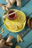 El limón y el jengibre con la miel sacuden en la tabla de madera Fotos de archivo libres de regalías