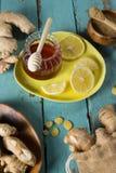 El limón y los jengibres con la miel sacuden en la tabla Foto de archivo