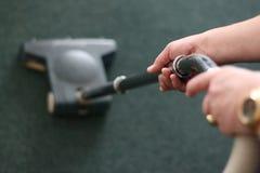 El limpiar con la aspiradora de la alfombra fotos de archivo libres de regalías