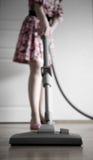 El limpiar con la aspiradora de la mujer Foto de archivo libre de regalías