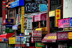 El limpiar con un chorro de agua, NY: El escaparate firma en chino e inglés Imagen de archivo libre de regalías