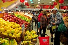 El limpiar con un chorro de agua, NY: Gente que hace compras en el supermercado fotos de archivo