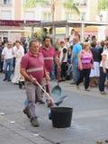 El limpiar después de los caballos en el festival local del pueblo Fotografía de archivo
