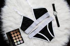 El lino blanco y negro fijó para los deportes en una piel blanca Relojes, sombreador de ojos concepto de moda Foto de archivo