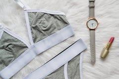 El lino del blanco gris fijó para los deportes en una piel blanca Relojes y lápiz labial concepto de moda Fotos de archivo libres de regalías