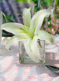 El lirio blanco adorna en la tabla dinning Fotos de archivo