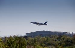 El llegar más allá plano unido de las vías aéreas en Heathrow delante del terminal 5 Foto de archivo