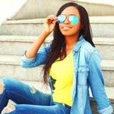 El llevar africano bastante sonriente de la mujer gafas de sol Fotografía de archivo