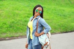 El llevar africano sonriente feliz de la mujer del retrato gafas de sol Foto de archivo libre de regalías