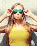 El llevar bonito de la muchacha de la cara del retrato gafas de sol y camiseta Imagenes de archivo