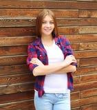 El llevar bonito de la muchacha ropa casual con las manos cruzadas Imagen de archivo libre de regalías