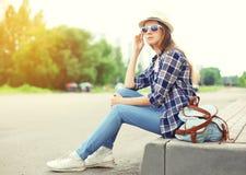 El llevar bonito de la mujer gafas de sol, sombrero de paja y mochila Imagen de archivo libre de regalías