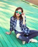 El llevar bonito de la mujer gafas de sol y camisa a cuadros Fotos de archivo