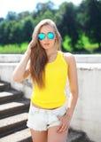 El llevar bonito de la mujer gafas de sol y camiseta Fotos de archivo