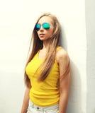 El llevar bonito joven de la muchacha del retrato gafas de sol y camiseta Imágenes de archivo libres de regalías