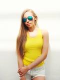 El llevar bonito joven de la muchacha gafas de sol y camiseta Imagen de archivo
