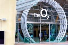 El llevar cuadrado de la península a la entrada de la arena O2 en Londres imagen de archivo