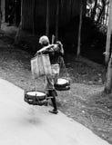 El llevar de la carga equilibrada imagen de archivo libre de regalías