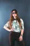 El llevar de la muchacha gafas de sol Imagenes de archivo