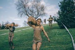 El llevar de los corredores de madera abre una sesión una prueba de la raza de obstáculo extrema Imagen de archivo
