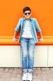 El llevar del muchacho del niño gafas de sol y camisa en ciudad Fotos de archivo