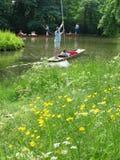 El llevar en batea en el río imagen de archivo