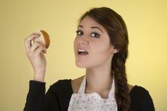 El llevar hermoso del panadero del cocinero del cocinero de la mujer joven Foto de archivo libre de regalías