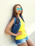El llevar sonriente bonito de la mujer de la moda del retrato gafas de sol Foto de archivo
