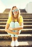 El llevar sonriente bonito de la mujer de la moda del retrato gafas de sol Fotografía de archivo