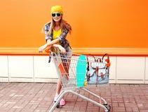 El llevar sonriente de la mujer del inconformista de la moda gafas de sol Fotos de archivo