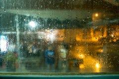 El llover al vidrio fotos de archivo