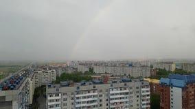 El llover en la ciudad Aire libre del arco iris almacen de metraje de vídeo