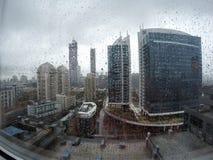 El llover en paisaje urbano Imágenes de archivo libres de regalías