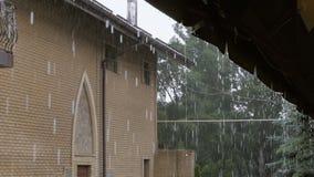 El llover pesado, agua del tejado que cae abajo Gotas de agua del tejado almacen de metraje de vídeo