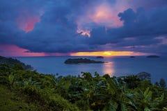 El llover sobre el mar azul en el este tradicional de la isla de chang de la KOH del tiempo de la puesta del sol Foto de archivo libre de regalías