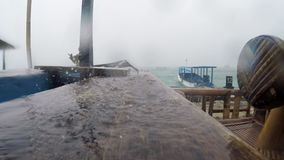 El llover sobre el embarcadero de madera almacen de video