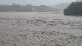 El llover y río rápido almacen de video