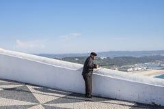 El Local que disfruta de la visión desde el Miradouro hace a Nazare en Portugal en Sitio Imagen de archivo libre de regalías
