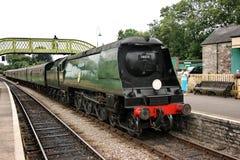 El loco del vapor de la clase de la batalla de Inglaterra ningunos 34070 Manston llega la estación en el ferrocarril de Swanage - imagen de archivo libre de regalías