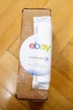 El logotipo de Ebay y de Pitney Bowens imprimió en la caja de cartón Foto de archivo libre de regalías