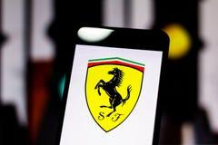 El logotipo de la fórmula 1' misión de Scuderia Ferrari avienta 'al equipo en la pantalla del dispositivo móvil fotos de archivo libres de regalías