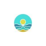 El logotipo de la maqueta del turismo, sol, mar, enarena el icono abstracto, vector del viaje de la playa del verano Imagen de archivo