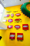El logotipo de Lego Group mostrado con años en la tienda de Lego en Copenhague, Dinamarca Fotografía de archivo libre de regalías