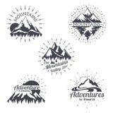 El logotipo del vector del bosquejo de la montaña fijó en estilo retro Líneas de moda etiquetas del vintage de las siluetas de la stock de ilustración