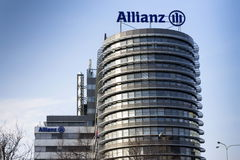 El logotipo financiero y del seguro del grupo de Allianz en el edificio del Allianz checo establece jefatura Fotos de archivo