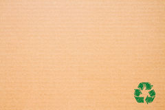 El logotipo recicla en el papel marrón Fotografía de archivo