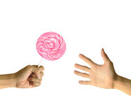 El lollipop rosado da a la otra mano Fotos de archivo libres de regalías